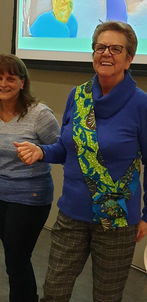 Ambassadrice Gré Hagendijk ontvangt van Nicole de sjerp behorende bij het ambt.